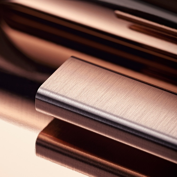 Um die Schönheit seiner Roségolduhren zu bewahren, entwickelte und patentierte Rolex eine exklusive 18Karat Goldlegierung, die in der hauseigenen Gießerei hergestellt wird: Everose-Gold. 18Karat Everose-Gold wurde 2005 eingeführt und kommt bei allen Rolex Modellen in Roségold zum Einsatz.
