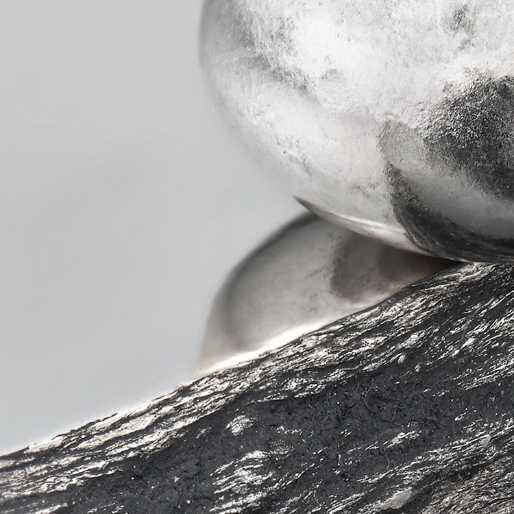Dank seiner hauseigenen Gießerei hat Rolex die einzigartige Möglichkeit, 18Karat Goldlegierungen von höchster Qualität selbst zu produzieren. Je nach Silber-, Kupfer-, Platin- oder Palladiumanteil können verschiedene Arten von 18Karat Gold kreiert werden: Gelb-, Rosé- oder Weißgold. Rolex greift dabei ausschließlich auf feinste Metalle zurück, die sorgfältig von einem hausinternen Labor mit hochmodernster Ausrüstung getestet werden, bevor das Gold unter Berücksichtigung strenger Qualitätsstandards geformt wird. Rolex' Streben nach Exzellenz beginnt an der Quelle.
