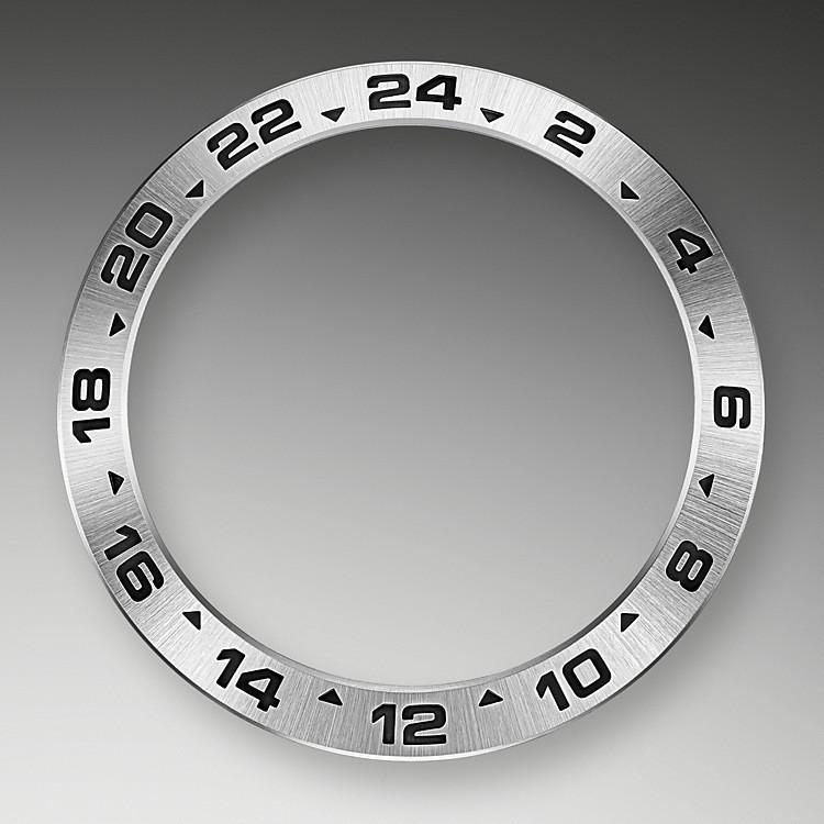 Está equipado con una visualización adicional de 24 horas; una aguja dedicada da vuelta a la esfera en 24 horas en lugar de las usuales 12, apuntando a un bisel fijo con graduaciones de 24 horas.