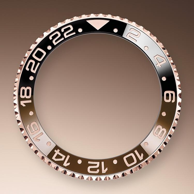 El GMT‑Master II dispone de una aguja adicional que da la vuelta a la esfera en 24 horas y complementa a las tradicionales agujas de las horas, minutos y segundos, así como de un bisel giratorio bidireccional graduado 24 horas.