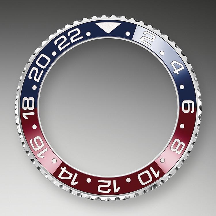 In Ergänzung zu den traditionellen Stunden-, Minuten- und Sekundenzeigern besitzt die GMT-MasterII einen zusätzlichen Zeiger mit pfeilförmiger Spitze, der sich in 24Stunden einmal um das Zifferblatt dreht, sowie eine in beide Richtungen drehbare Lünette mit 24-Stunden-Gradierung.