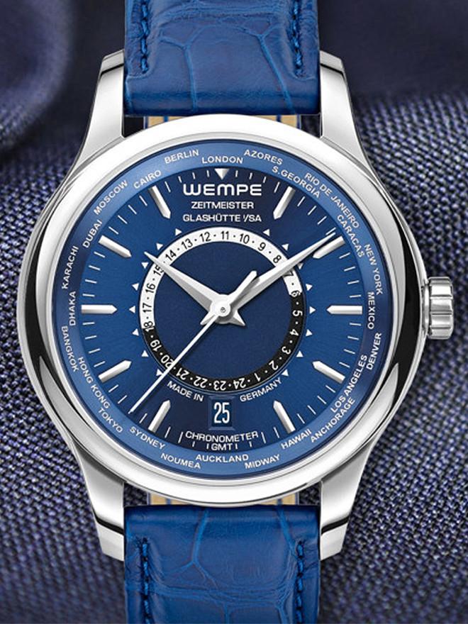 Für uns ist Blau das bunte Schwarz. Wir statten unsere Zeitmeister-Uhren ab sofort auch mit blauen Zifferblättern aus.