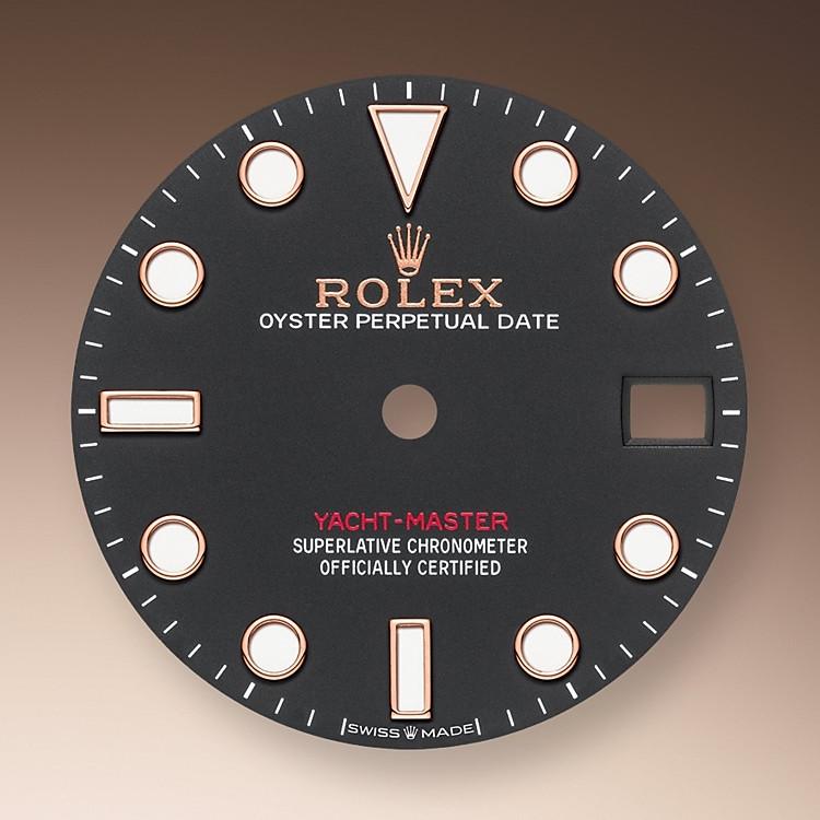 Wie alle Professional Modelle von Rolex lässt sich die Yacht-Master 37 unter allen Einsatzbedingungen, vor allem im Dunkeln, sehr gut ablesen dank ihrer Chromalight-Anzeige, deren groß bemessene Indizes und breite Zeiger in einfachen Formen – Dreiecke, Kreise und Rechtecke – mit einer lange nachleuchtenden Leuchtmasse beschichtet sind.
