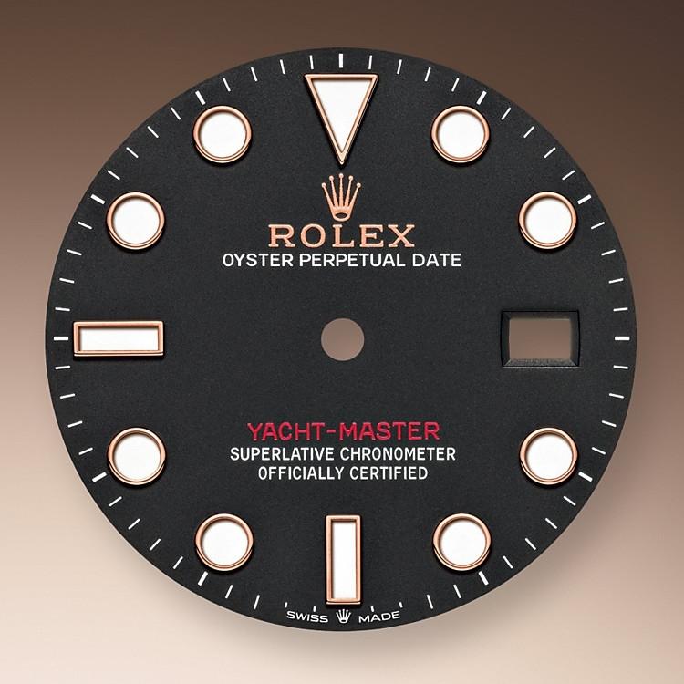 Wie alle Professional Modelle von Rolex lässt sich die Yacht‑Master40 unter allen Einsatzbedingungen, vor allem im Dunkeln, sehr gut ablesen dank ihrer Chromalight-Anzeige, deren groß bemessene Indizes und breite Zeiger in einfachen Formen – Dreiecke, Kreise und Rechtecke – mit einer lange nachleuchtenden Leuchtmasse beschichtet sind.