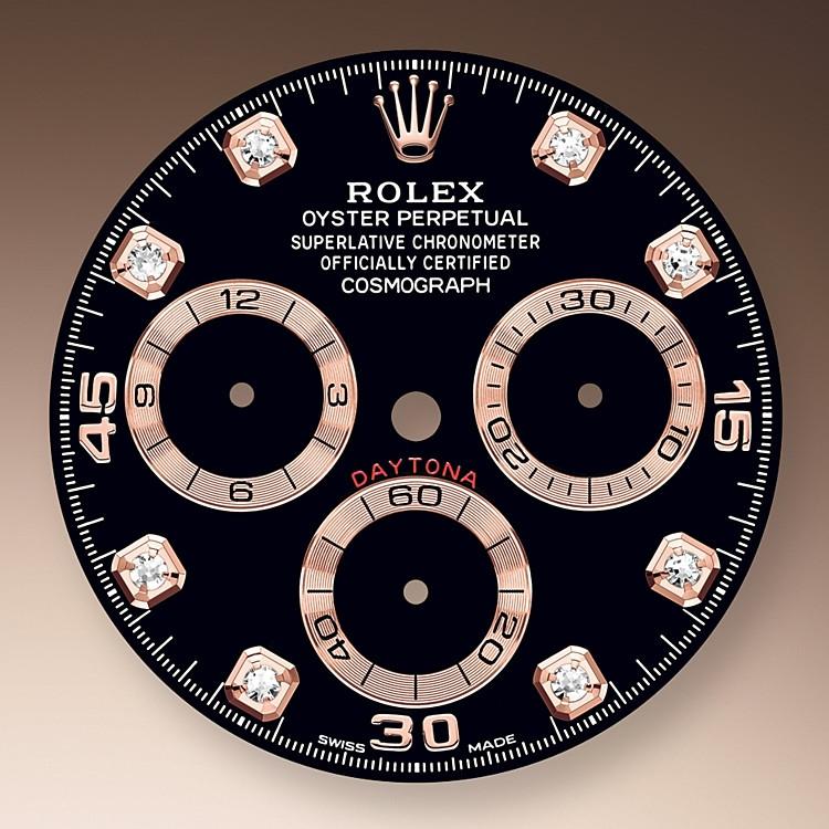 Este modelo presenta una esfera negra, engastada de diamantes con contadores azurados, unos índices en aplique de 18 quilates y agujas con visualización Chromalight, un material luminiscente de alta legibilidad.