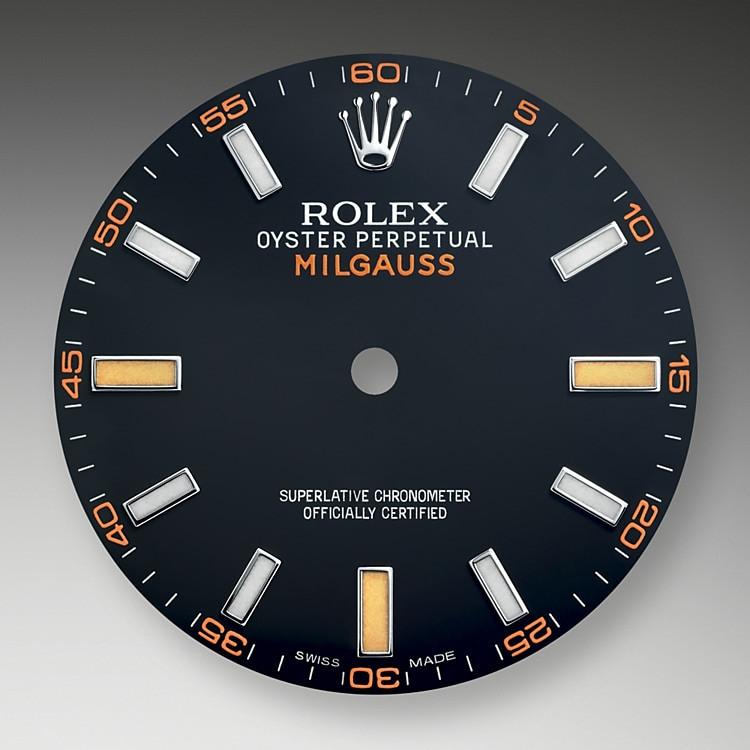 Das Zifferblatt der MilgaussGV ist schwarz mit weißen Leuchtindizes, unterbrochen von orangefarbenen Leuchtindizes bei 3, 6 und 9Uhr. Das grünschimmernde Saphirglas, das die Ablesbarkeit in keiner Weise beeinträchtigt, ist eine Rolex Innovation.