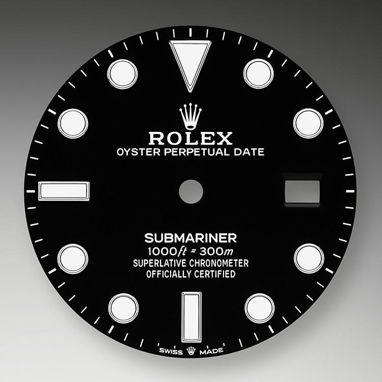 La visualización luminiscente Chromalight de la esfera constituye una innovación que mejora la visibilidad en entornos oscuros, una función especial para los submarinistas. Los índices de formas simples —triángulos, círculos, rectángulos— y las anchas agujas de horas y minutos facilitan la lectura y previenen cualquier riesgo de confusión bajo el agua.