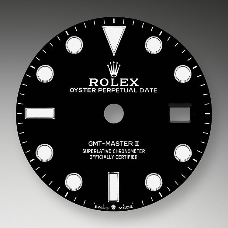 Die GMT-Master II lässt sich unter allen Einsatzbedingungen, vor allem im Dunklen, sehr gut ablesen dank ihrer Chromalight-Anzeige, deren groß bemessene Indizes und breite Zeiger in einfachen Formen – Dreiecke, Kreise und Rechtecke – mit einer lange nachleuchtenden Leuchtmasse beschichtet sind.