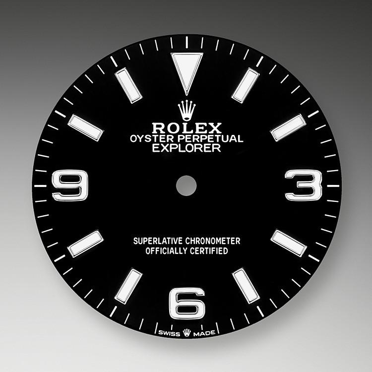 La esfera es el rostro distintivo de un reloj Rolex, el mayor responsable de su identidad y legibilidad. Las cifras 3, 6 y 9, características del modelo, ahora están recubiertas de un material luminiscente de larga duración, que emite un color azul, igual que los índices y las agujas. Como todos los relojes Rolex, la esfera del Explorer está diseñada y manufacturada en nuestros talleres, principalmente a mano, para garantizar su perfección.