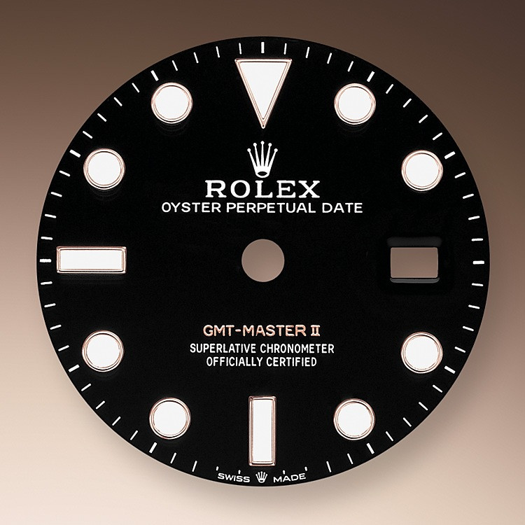 Like all Rolex Professional watches, the GMT-Master II offers exceptional legibility in all circumstances, and especially in the dark, thanks to its Chromalight display. The broad hands and hour markers in simple shapes – triangles, circles, rectangles – are filled with a luminescent material emitting a long-lasting glow.