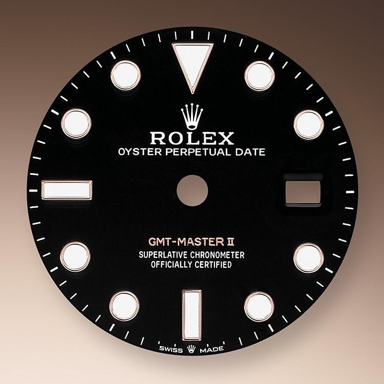 Como todos los relojes Profesionales de Rolex, el GMT‑Master II ofrece una gran legibilidad en cualquier circunstancia, especialmente en la oscuridad, gracias a su visualización Chromalight. Sus amplias agujas y sus índices de formas simples —triángulos, círculos, rectángulos— están recubiertos de un material luminiscente de larga duración.
