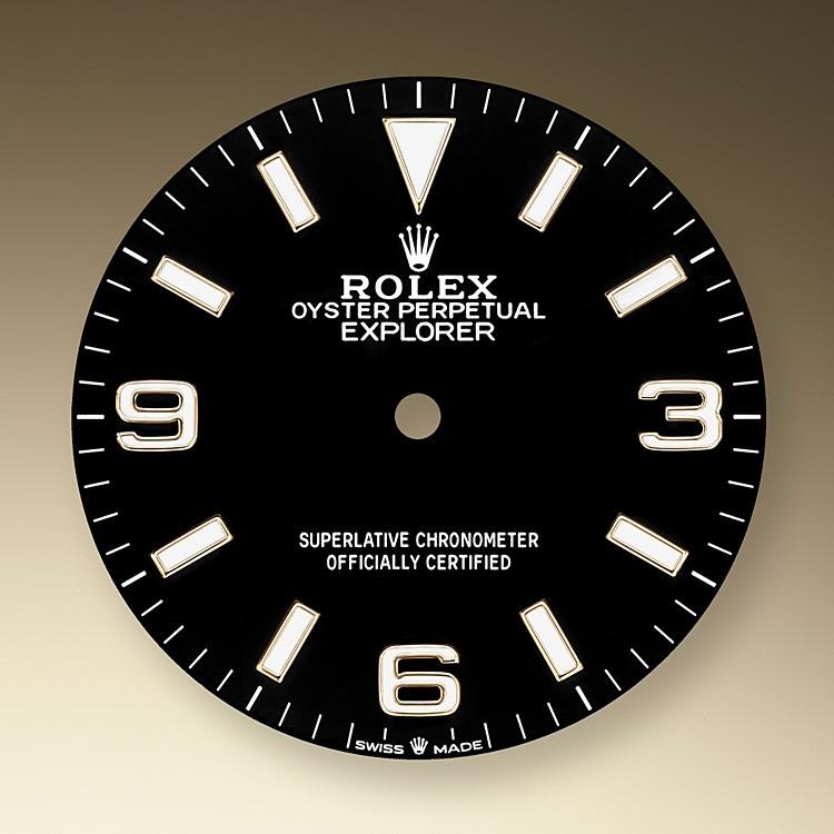 La esfera es el rostro distintivo de un reloj Rolex, el mayor responsable de su identidad y legibilidad. Las cifras 3, 6 y 9, características del modelo, ahora están recubiertas de un material luminiscente de larga duración, que emite un color azul, igual que los índices y las agujas.