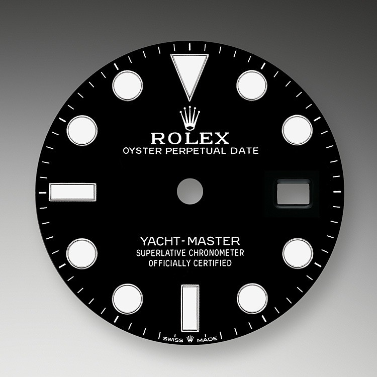 Like all Rolex Professional watches, the Yacht-Master 42 offers exceptional legibility in all circumstances, and especially in the dark, thanks to its Chromalight display. The broad hands and hour markers in simple shapes – triangles, circles, rectangles – are filled with a luminescent material emitting a long-lasting glow.