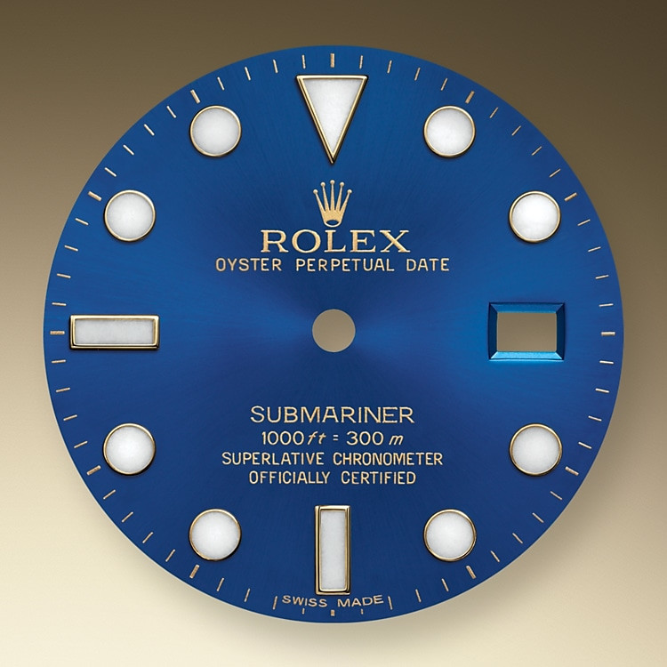 Eine blaue Keramiklünette mit einem blauen Zifferblatt auf einer Submariner ist Uhren vorbehalten, die Edelmetalle enthalten: Rolesor, eine Kombination aus Edelstahl Oystersteel und 18Karat Geldgold oder eine Submariner in massivem 18Karat Geldgold oder massivem 18Karat Weißgold. Mit ihrer neuartigen Leuchtmasse sorgt die Chromalight-Anzeige des Zifferblatts für eine verbesserte Ablesbarkeit im Dunkeln, was für Taucher von wesentlicher Bedeutung ist. Dreieckig, rund, rechteckig: Die Indizes sind mit ihrer schlichten Form und sinnvollen Anordnung schnell und eindeutig abzulesen – ebenso wie die breiten Stunden- und Minutenzeiger, wodurch jegliche Verwechslungsgefahr unter Wasser vermieden wird.