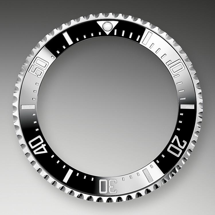 Dank der in eine Richtung drehbaren Lünette mit 60-Minuten-Graduierung der Rolex Deepsea lassen sich Tauch- und Dekompressionszeiten präzise und sicher ablesen. Sie ist mit einer von Rolex patentierten und hergestellten schwarzen Cerachrom-Zahlenscheibe ausgestattet, die aus äußerst kratzfester und hochbeständiger Keramik besteht. Die Graduierung wird im PVD-Verfahren (PVD = Physical Vapour Deposition, physikalische Gasphasenabscheidung) mit einer feinen Schicht Edelstahl Oystersteel überzogen. Das schlicht gehaltene schwarze Zifferblatt präsentiert sich mit breiten Chromalight-Indizes und Chromalight-Zeigern, deren blaugetönte Beschichtung lange nachleuchtet, wodurch beste Ablesbarkeit auch im Dunkeln gewährleistet ist.