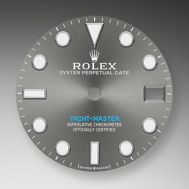 Wie alle Professional Modelle von Rolex lässt sich die Yacht‑Master37 unter allen Einsatzbedingungen, vor allem im Dunkeln, sehr gut ablesen dank ihrer Chromalight-Anzeige, deren groß bemessene Indizes und breite Zeiger in einfachen Formen – Dreiecke, Kreise und Rechtecke – mit einer lange nachleuchtenden Leuchtmasse beschichtet sind.