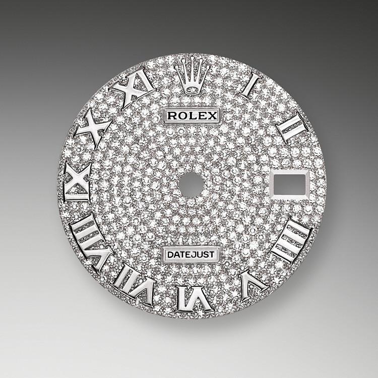 Das Diamantpavézifferblatt ist ein harmonisches Zusammenspiel, das die Uhr veredelt und ihre Trägerin oder ihren Träger verzaubert. Edelsteinfasser bearbeiten das Edelmetall wie Bildhauer. Zu jedem Edelstein wird eine individuell passende Fassung gefertigt. Die sogenannten Körner werden von Hand gestochen.