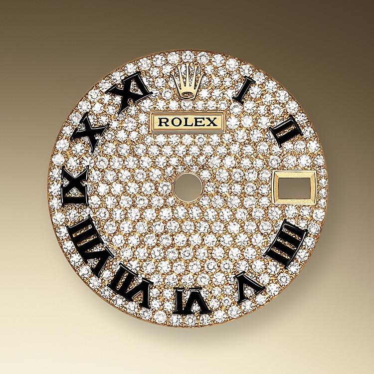 Las esferas pavé de diamantes son una combinación mágica de luces que embellece el reloj y hechiza a quien lo lleva. Los engastadores modelan los metales preciosos para preparar el espacio donde alojarán perfectamente cada piedra preciosa de forma manual.