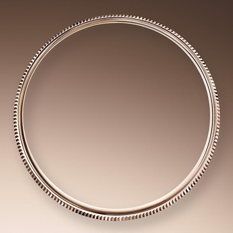Während sich ihre runde Form, der klassische Durchmesser von 39mm und das exklusive Gehäuse in 18Karat Gold – das von Rolex in der hauseigenen Gießerei gegossen wird – der Tradition verdanken, verleihen ihre edlen Hornbügel, das polierte Finish und eine doppelte Lünette – die erste bombiert und die zweite fein geriffelt – der Cellini einen Hauch von Vornehmheit. Diese Riffelung, ein emblematisches Merkmal von Rolex, ist auch auf dem verschraubten Gehäuseboden zu finden, der wie in früheren Zeiten gewölbt ist.
