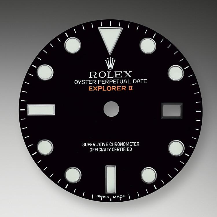 """Bei der Modellvariante der Explorer II mit schwarzem Zifferblatt verbindet sich das schwarze Zentrum der Zeiger optisch mit dem Zifferblatt, sodass sich ein """"Phantomeffekt"""" ergibt, bei dem die Zeiger über dem Zifferblatt zu schweben scheinen – eine Remineszenz an das Modell aus dem Jahr1971. Die Explorer II verfügt über eine Datumsanzeige, einen zusätzlichen orangefarbenen 24-Stunden-Zeiger und eine Lünette mit 24-Stunden-Graduierung, die die eindeutige Unterscheidung von Tag und Nacht ermöglicht. Sie wurde bald zur bevorzugten Armbanduhr von Speläologen, Vulkanologen und Polarforschern. Ihre Zeiger und Indizes gehören zu der gut ablesbaren Chromalight-Anzeige, die lange nachleuchtet."""