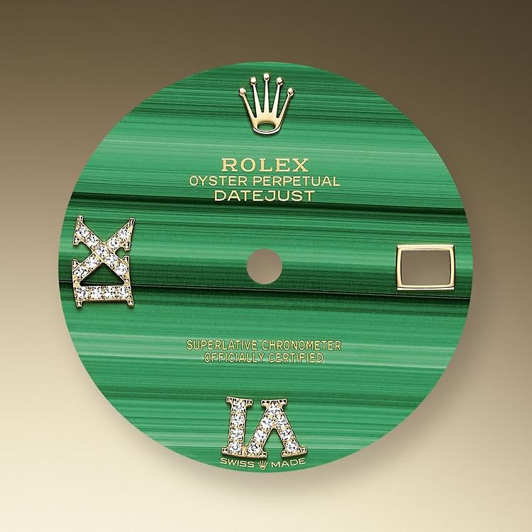 Malachit ist ein natürlicher Schmuckstein, der bei Rolex bereits in der Vergangenheit an bestimmten Zifferblättern eingesetzt wurde, beispielsweise bei dem Cellini Modell von 1976 und bei den Oyster Armbanduhren der frühen 1980er-Jahre.