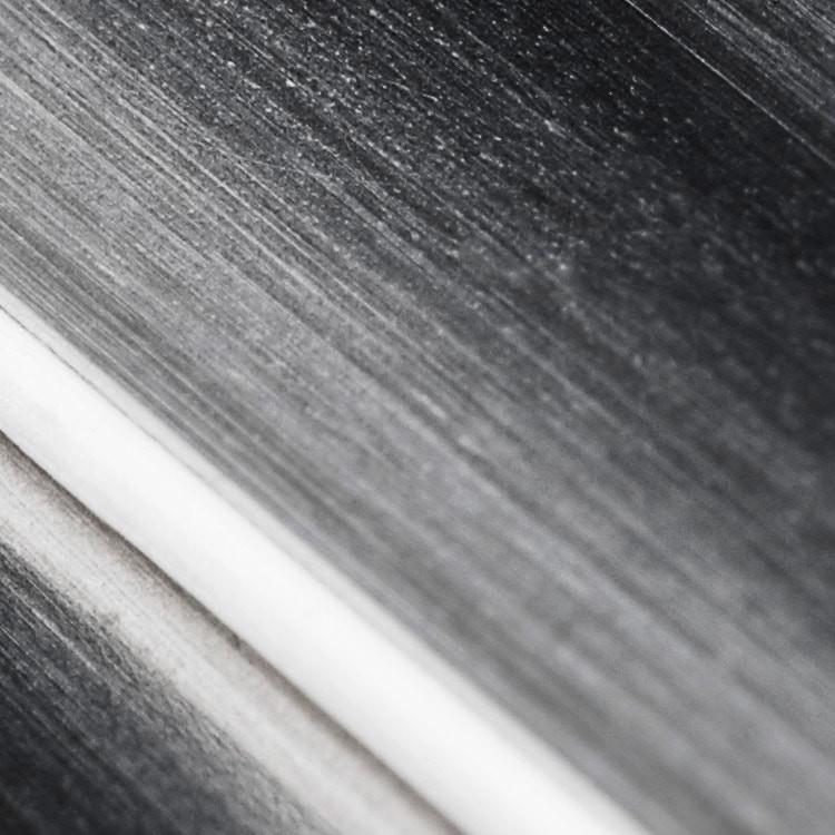 """Rolex verwendet für die Gehäuse von Armbanduhren aus Edelstahl ausschließlich Edelstahl Oystersteel. Der speziell von Rolex entwickelte Edelstahl Oystersteel gehört zur Stahlsorte """"Edelstahl904L"""" − einer Legierung, die meistens in der Spitzentechnologie, der Raumfahrtindustrie oder der chemischen Industrie eingesetzt wird, wo es auf höchste Korrosionsbeständigkeit ankommt. Edelstahl Oystersteel ist extrem widerstandsfähig, zeichnet sich nach dem Polieren durch außergewöhnlichen Glanz aus und bewahrt selbst unter Extrembedingungen seine Schönheit."""