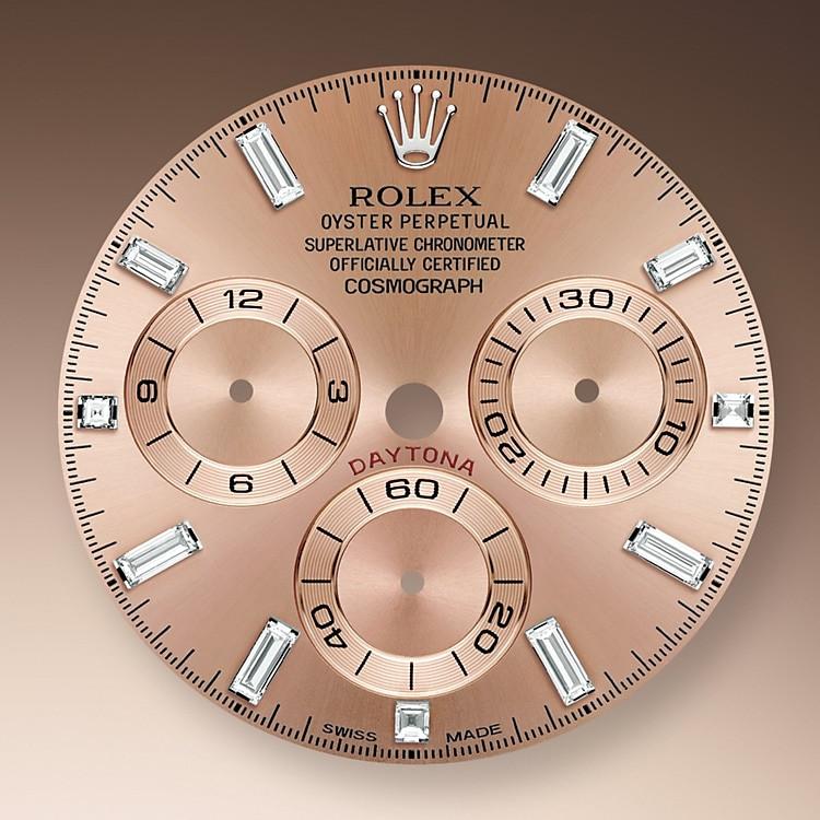 Das Roséfarben Zifferblatt mit gewendelten Totalisatoren dieses Modells verfügt über applizierte Indizes aus 18Karat Gold und Zeiger in Chromalight, einer lange nachleuchtenden Leuchtmasse.