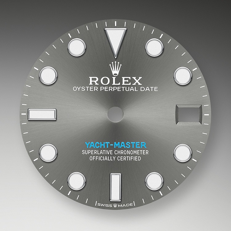 Like all Rolex Professional watches, the Yacht-Master 37 offers exceptional legibility in all circumstances, and especially in the dark, thanks to its Chromalight display. The broad hands and hour markers in simple shapes – triangles, circles, rectangles – are filled with a luminescent material emitting a long-lasting glow.