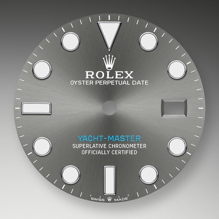 Like all Rolex Professional watches, the Yacht-Master 40 offers exceptional legibility in all circumstances, and especially in the dark, thanks to its Chromalight display. The broad hands and hour markers in simple shapes – triangles, circles, rectangles – are filled with a luminescent material emitting a long-lasting glow.