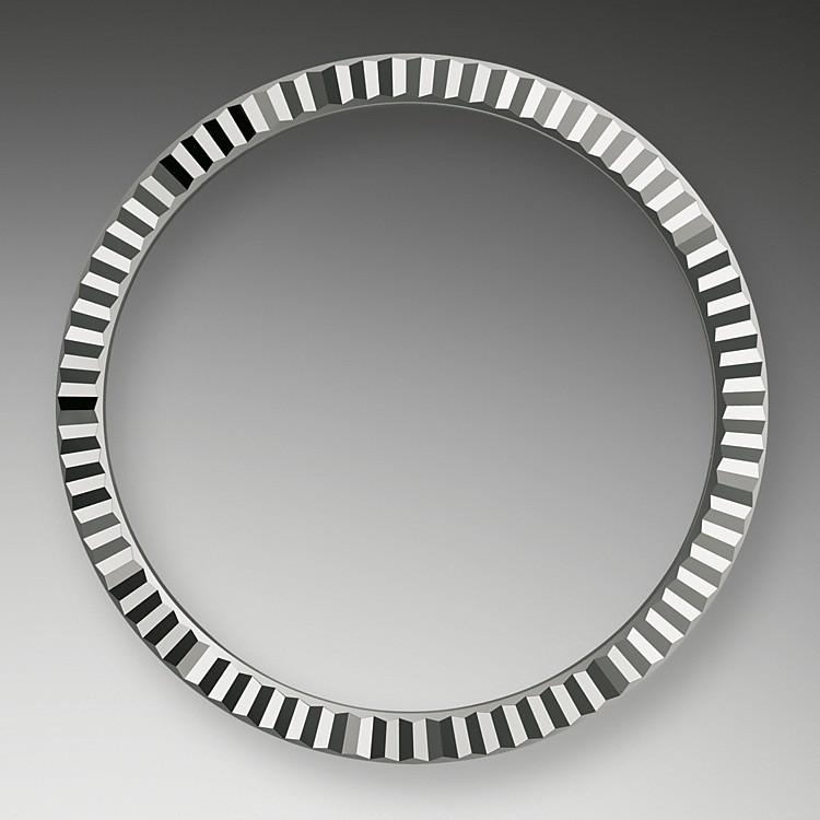 El bisel estriado de Rolex es una marca de distinción. En un principio, el diseño estriado del bisel Oyster tenía una función específica: servía para atornillar el bisel a la caja garantizando la hermeticidad del reloj.