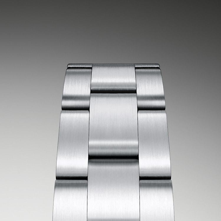 Das Oyster-Band ist das Ergebnis einer perfekten Kombination von Form und Funktion, Ästhetik und Technologie. Dieses Ende der 1930er-Jahre eingeführte, besonders robuste und bequeme dreireihige Metallarmband ist mit seinen breiten, flachen Bandelementen nach wie vor das verbreitetste Armband der Oyster-Kollektion. Bei den Oyster Perpetual Modellen ist das Oyster-Band mit einer Oysterclasp-Schließe ausgestattet.