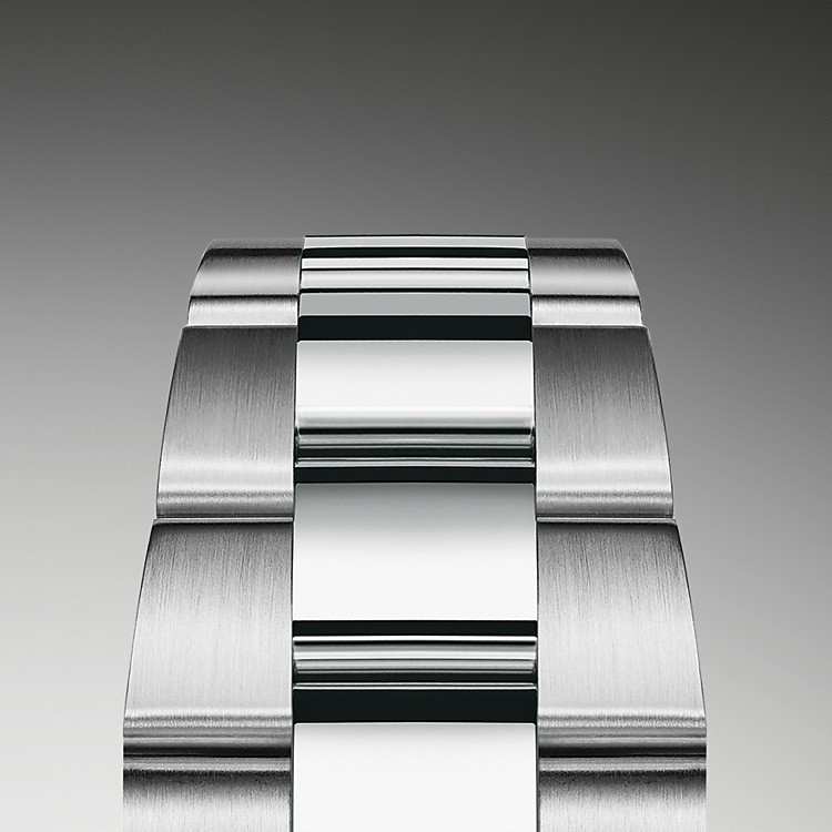 The Oyster bracelet is a perfect alchemy of form and function, aesthetics and technology, designed to be both robust and comfortable. It is equipped with an Oysterclasp and the Easylink comfort extension link, also exclusive to Rolex. This ingenious system allows the wearer to increase the bracelet length by approximately 5 mm, providing additional comfort in any circumstance.