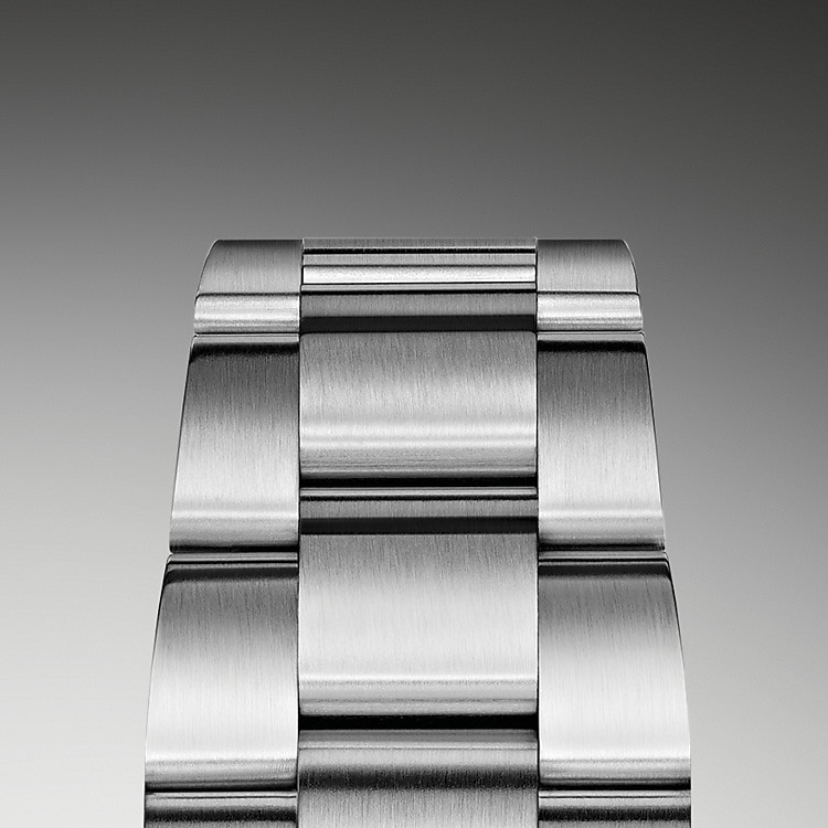Das Oyster-Band ist das robuste und bequeme Ergebnis einer perfekten Kombination von Form und Funktion, Ästhetik und Technik. Es ist mit einer Oysterlock-Schließe, die versehentliches Öffnen verhindert und dem komfortablen Easylink-Verlängerungssystem von Rolex ausgestattet. Dank dieses raffinierten Systems kann das Armband auf einfache Weise um circa 5mm erweitert werden, um jederzeit einen optimalen Tragekomfort sicherzustellen.
