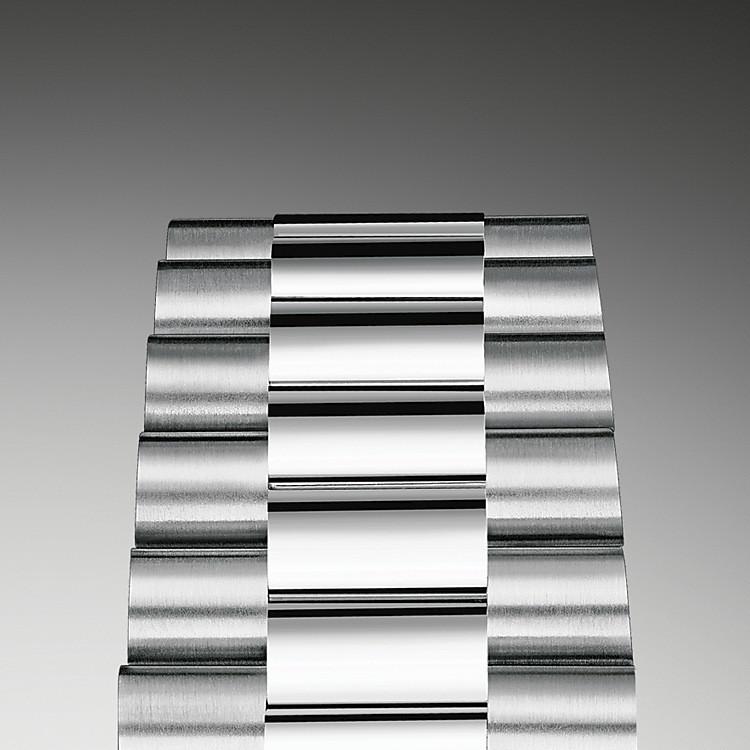 Bei Design, Entwicklung und Produktion der Armbänder und Schließen von Rolex sowie bei der rigorosen Qualitätsprüfung, der sie unterzogen werden, kommen hochtechnologische Verfahren zum Tragen. Und wie alle Bestandteile der Armbanduhr werden auch diese Komponenten Sichtkontrollen unterzogen, bei denen das menschliche Auge alle ästhetischen Merkmale genau überprüft, um makellose Schönheit zu gewährleisten. Das elegante, dreireihige Präsident-Band mit halbrunden Bandelementen wurde 1956 für das Originalmodell der Oyster Perpetual Day‑Date entwickelt. Es wird aus sorgfältig ausgewählten Edelmetallen hergestellt und steht für einzigartigen Tragekomfort und höchste Finesse.