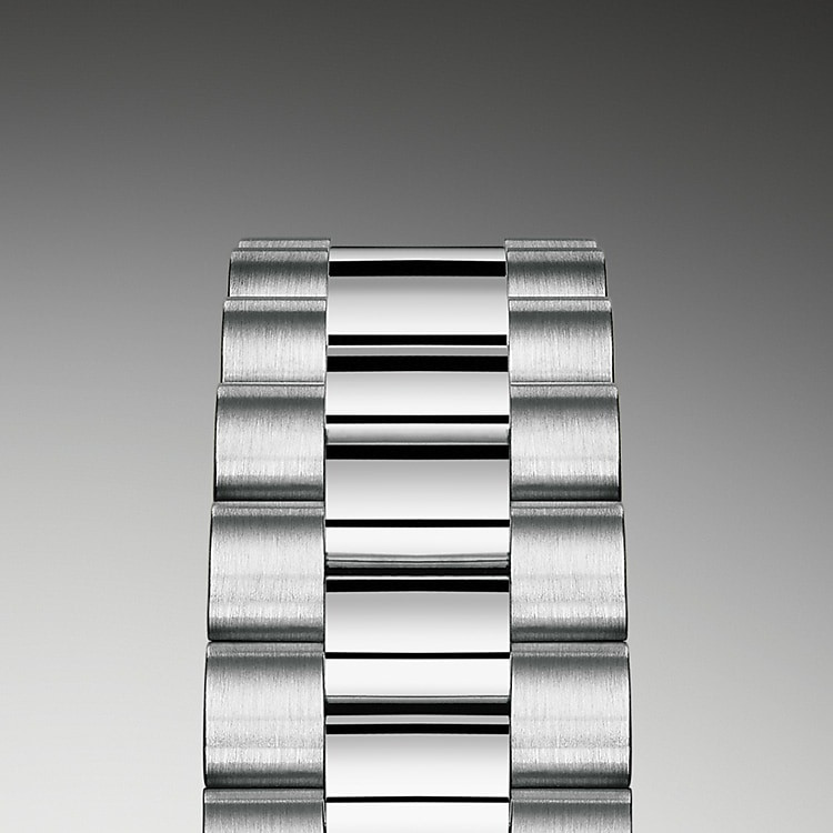 This Lady-Datejust is offered on a prestigious President bracelet. Always in solid gold or platinum, the bracelets benefit from a concealed attachment beneath the bezel which ensures seamless visual continuity between the bracelet and case. A new-generation concealed Crownclasp, opened with a hinged Rolex crown, adds the final aesthetic and functional touch to these sumptuous bracelets.