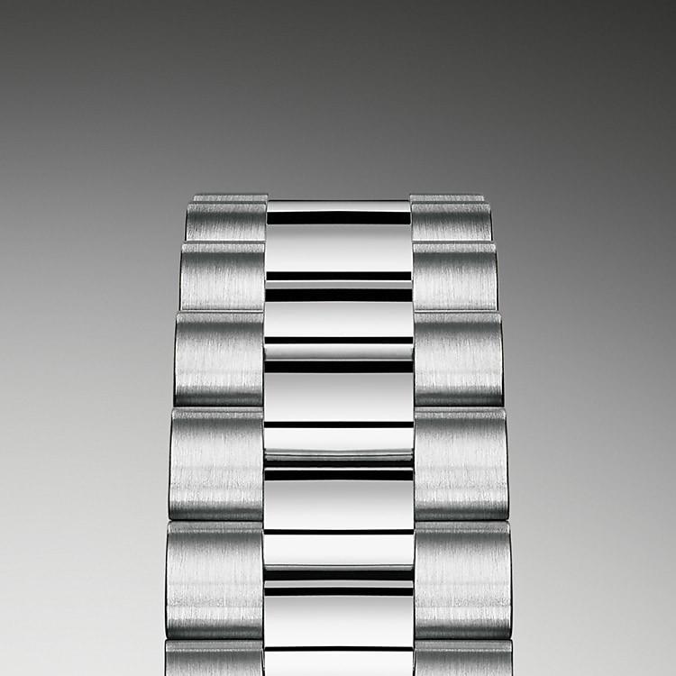 Die Lady-Datejust ist mit dem prestigeträchtigen President-Band ausgestattet. Stets aus massivem Gold oder Platin gefertigt, verfügt das Armband über eine unter der Lünette angebrachte nicht sichtbare Befestigung, die es optisch nahtlos in das Gehäuse übergehen lässt. Eine verdeckte Crownclasp-Faltschließe der neuesten Generation, die sich durch eine bewegliche Rolex Krone öffnen lässt, ist die ästhetische und funktionelle Vollendung dieser prächtigen Armbänder.