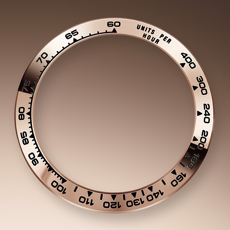 Der Cosmograph Daytona wurde entwickelt, um Langstreckenrennfahrern das bestmögliche Werkzeug zur Zeitmessung an die Hand zu geben. Die Lünette ist mit einer Tachymeterskala versehen, die es ermöglicht, Durchschnittsgeschwindigkeiten über eine vorher bestimmte Distanz in Abhängigkeit von der gemessenen Zeit zu bestimmen.