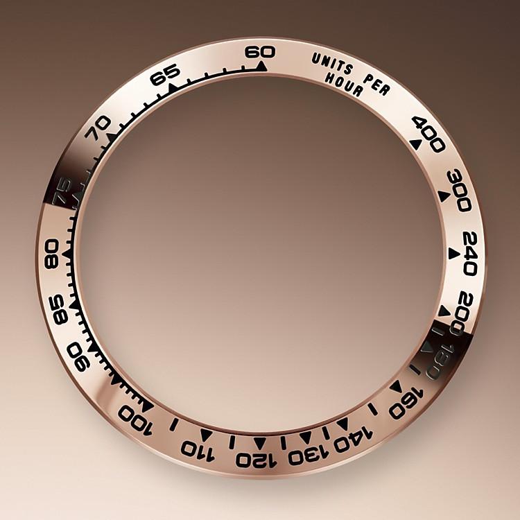 Der Cosmograph Daytona wurde entwickelt, um Langstreckenrennfahrern das bestmögliche Werkzeug zur Zeitmessung an die Hand zu geben. Die Lünette ist mit einer Tachymeterskala versehen, die es ermöglicht, Durchschnittsgeschwindigkeiten über eine vorher bestimmte Distanz in Abhängigkeit von der gemessenen Zeit zu bestimmen. Die Tachymeterskala gewährleistet eine optimale Ablesbarkeit; der Cosmograph Daytona wird damit zu einem perfekten Instrument, um Geschwindigkeiten bis zu 400Einheiten proStunde zu messen, ob es sich nun um Kilometer oder um Meilen handelt.