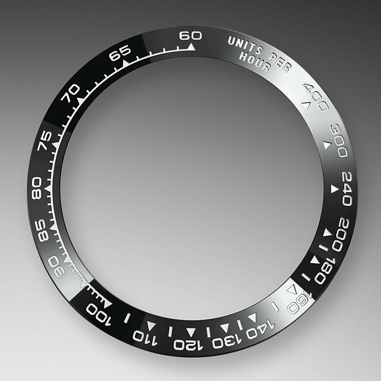 Dank seiner charakteristischen gravierten Lünette mit Tachymeterfunktion ist dieses Modell imstande, Durchschnittsgeschwindigkeiten bis zu 400Meilen oder Kilometern pro Stunde zu messen. Bei der schwarzen Lünette verbindet sich Spitzentechnologie mit gefälliger Ästhetik und sie erinnert an das Modell von 1965 mit seiner schwarzen Plexiglas-Zahlenscheibe.