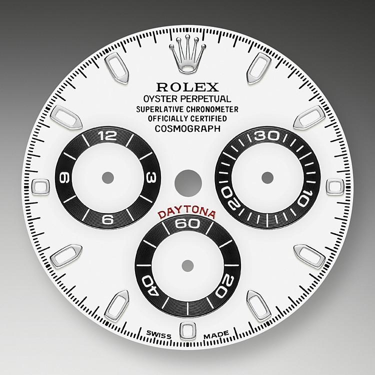 Das weißen Zifferblatt mit gewendelten Totalisatoren dieses Modells verfügt über applizierte Indizes aus 18Karat Gold und Zeiger in Chromalight, einer lange nachleuchtenden Leuchtmasse. Die Zentralsekunde ermöglicht das genaue Ablesen der Achtelsekunde, während die beiden Totalisatoren auf dem Zifferblatt die abgelaufene Zeit in Stunden- und Minutenschritten anzeigen. Dadurch kann ein Rennfahrer seine Zeiten präzise messen und seine Fahrstrategie anpassen.
