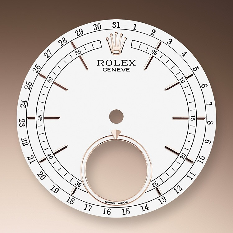 El Cellini Moonphase está equipado con una esfera lacada blanca con un disco esmaltado azul en la posición de las 6 h, sobre el que figuran la luna llena —materializada mediante un aplique de meteorito— y la luna nueva, representada por un círculo.