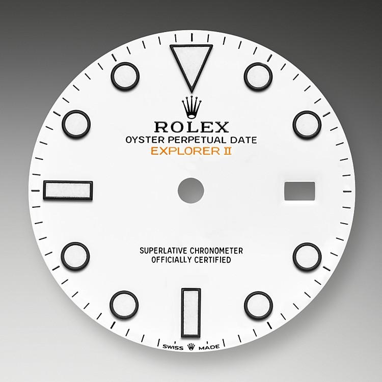 El Explorer II está equipado con la visualización de la fecha, una aguja adicional 24 horas y un bisel fijo con graduaciones 24 horas que permite distinguir las horas del día de las de la noche. El Explorer II es el reloj de elección de espeleólogos, vulcanólogos y exploradores de las regiones polares. Sus agujas e índices presentan una visualización Chromalight de alta legibilidad con luminiscencia azul de larga duración.
