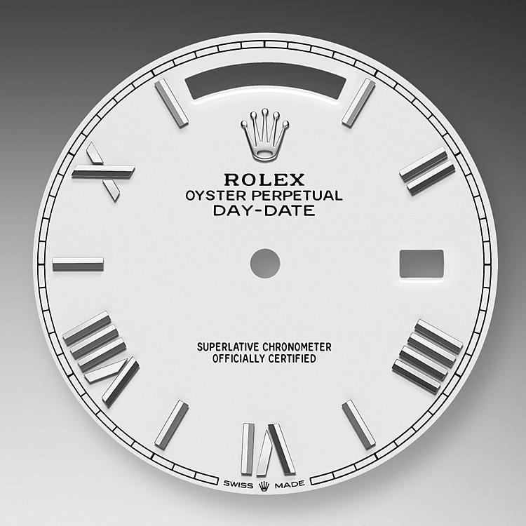 Das Zifferblatt verleiht einer Rolex Armbanduhr ein Gesicht sowie eine eigene Identität und sorgt überdies für perfekte Ablesbarkeit. Jedes Rolex Zifferblatt wird im eigenen Hause kreiert und fast vollständig in Handarbeit hergestellt, um seine Perfektion zu garantieren. Charakteristisches Merkmal sind die Indizes, die stets aus 18Karat Gold gefertigt werden, um ihr Anlaufen zu verhindern.
