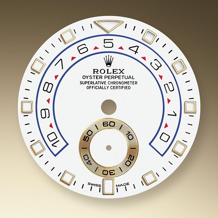 """Die Yacht-Master II ist nunmehr mit einem neuen Zifferblatt und neuen, für die Professional Modelle von Rolex charakteristischen Zeigern ausgestattet, die für eine verbesserte Ablesbarkeit sorgen und dem Erscheinungsbild dieser Armbanduhr eine neue Dynamik verleihen. Das neue Zifferblatt verfügt über einen dreieckigen Stundenmarker auf der 12-Uhr-Position und einen rechteckigen Stundenmarker auf der 6-Uhr-Position, die beim Ablesen als Orientierungshilfe dienen. Der Stundenzeiger hebt sich dank seiner Leuchtscheibe klar vom Minutenzeiger ab. Der Countdown der Yacht-Master II ist von einer bis zehn Minuten programmierbar. Die Einstellung wird mechanisch gespeichert, wodurch beim Reset eine Rückstellung auf die eingestellte Zeit erfolgt. Nach dem Einschalten lässt sich der Countdown über die Flyback-Funktion """"im Flug"""" synchronisieren, um ihn genau dem offiziellen Countdown der Regatta anzupassen."""