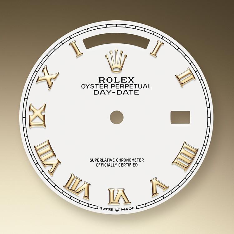 La esfera es el rostro distintivo de un reloj Rolex, el mayor responsable de su identidad y legibilidad. Caracterizada por sus índices de oro de 18 quilates que evitan la pérdida de brillo, cada esfera Rolex está diseñada y manufacturada en nuestros talleres, principalmente a mano, para garantizar su perfección.
