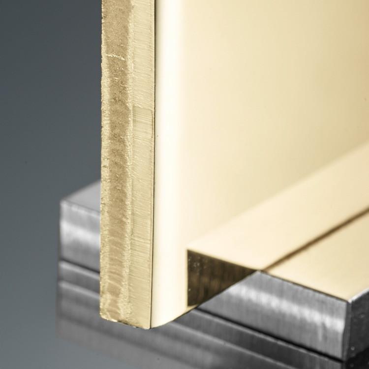 Gold wird aufgrund seines Glanzes und seiner Kostbarkeit geschätzt. Edelstahl steht für Stärke und Zuverlässigkeit. Zusammen kommen ihre besten Eigenschaften harmonisch zur Geltung. Rolesor, ein unverwechselbares Erkennungsmerkmal von Rolex, findet seit den frühen 1930er-Jahren bei Rolex Modellen Anwendung und wurde 1933 als Markenname eingetragen. Es ist bis heute einer der Grundpfeiler der Oyster-Kollektion.